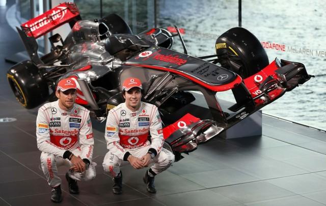 O mexicano todo pimpão ao lado carro novo, seu primeiro grande carro na F1, junto com o velho Button