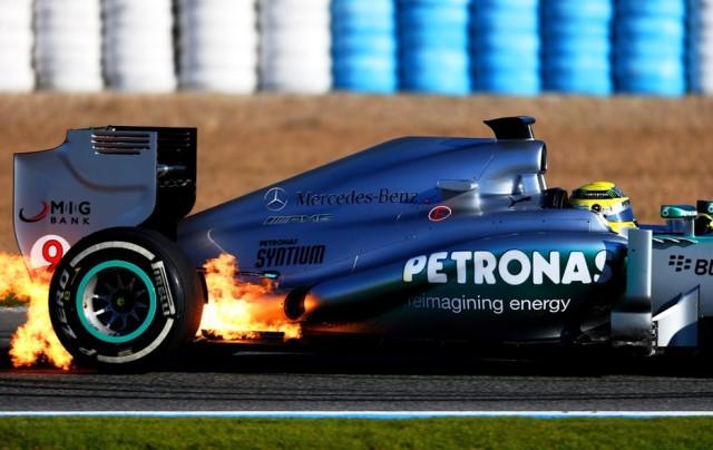 O W04 de Nico Rosberg pegando fogo