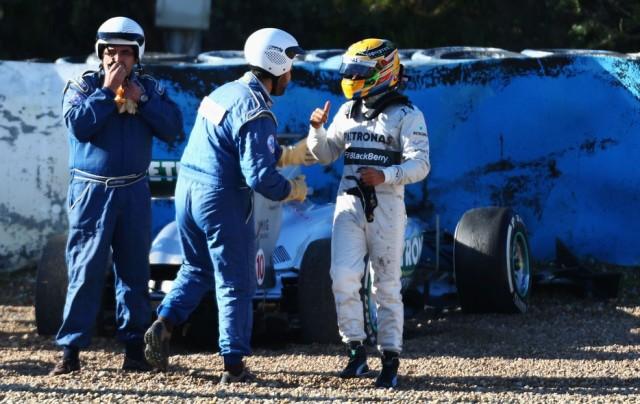 Hamilton e seu Mercedes batido